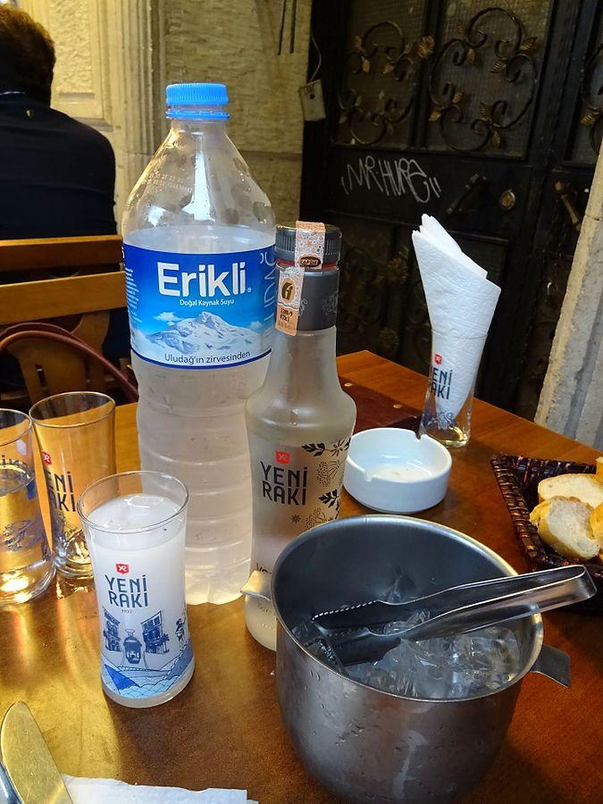 675px-Yeni_Raki_Wasser_Eis.jpg